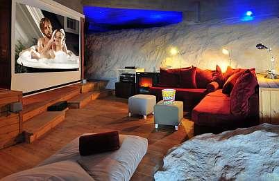 אולם קולנוע פרטי: מסך ענק 2X2, מקרן משוכלל ומערכת שמע מתקדמת