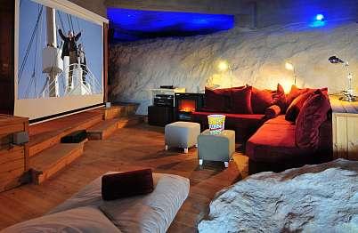 אולם הקולנוע בנוי במערה אקוסטית