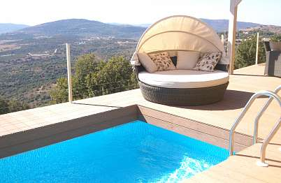 הבריכה ומיטת השיזוף אל מול הנוף