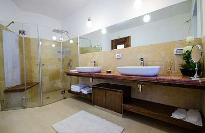 חדר רחצה עם שני כיורים ומקלחון ראש גשם ענק