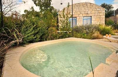 בריכה טבילה טבעית עם פרטיות מוחלטת
