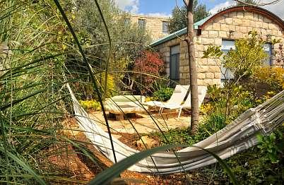 פינות זולה בין צמחייה עם פרטיות בגן הסוויטה