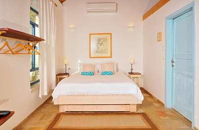 מיטה רחבה ומפנקת וחלונות גדולים לתאורת יום