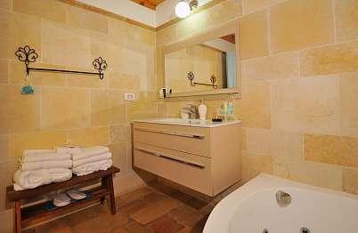 חדר רחצה מהודר עם מקלחון וג'קוזי זוגי מפנק