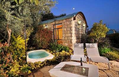 החצר הקדמית עם פינות ישיבה בסמוך לבריכת הטבילה
