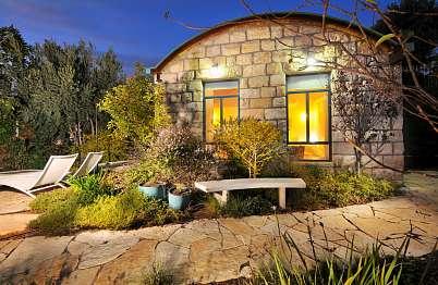 בנייה בסגנון מודרני עתיק ושבילים מאבן טבעית