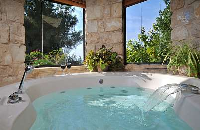 ג'קוזי רומנטי עגול עם חלון צריח בתקרה מעליו - אידיליה