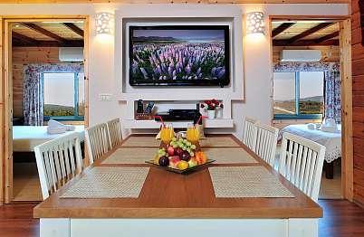 שולחן סעודה בבקתה הגדולה