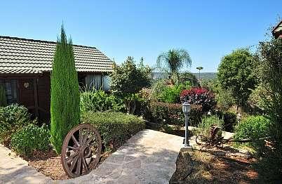 גן מטופח מסביב לבקתות