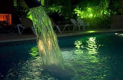 מתחם הבריכה בלילה