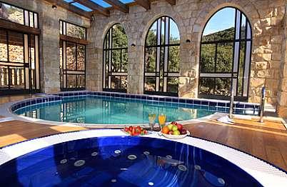 בריכת שחיה מחוממת וג'קוזי ספא גדול במרפסת מקורה עם חלונות לנוף