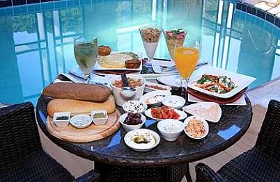 ארוחת בוקר עשירה במיוחד מוגשת בסמוך לבריכה