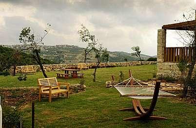 חצר גדולה ומבודדת עם נוף ירוק להרי הגליל