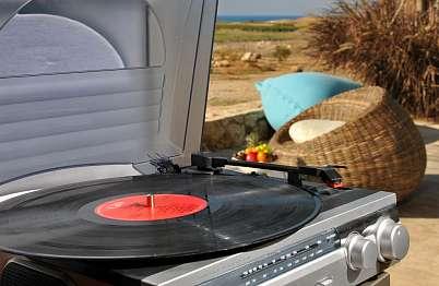 אוסף תקליטים זמין לרשות האורחים