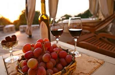 אין כמו כוס יין משובח ושוקולד תוצרת בית מול נופי הגליל בשקיעה