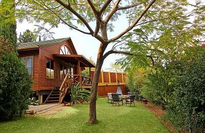 גן מטופח ופרטי לכל בקתה עם פינות מוצלות